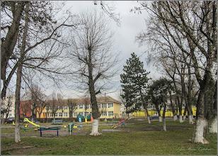 """Photo: Str. Rapsodiei, Nr.1 - Scoala """"Avram Iancu"""", vedere din parc - 2018.03.12"""