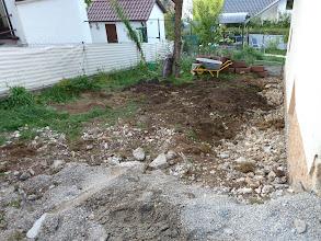 Photo: ein letzter Blick von oben auf unseren ehemaligen Garten.... hier wird im nächsten Schritt aufgegraben, am Haus lang und dort alles trocken gelegt... dann gibt es einen neuen Weg und dann wird hoffentlich alles wieder schön werden...... damit endet diese Woche.....-30.08.2013-