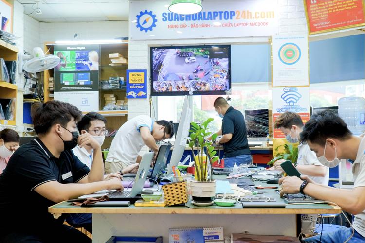 Kỹ thuật viên tại trung tâm Sửa chữa Laptop 24h