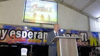 El pastor norteamericano Wayman Mitchell durante su predicación.