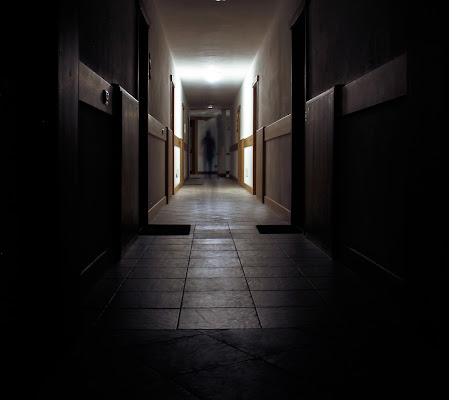 Luce e un ombra in fondo al corridoio. di ringhio
