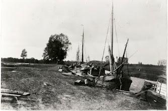 Photo: 1915-1925 - Sfeervol plaatje van zeilschepen, afgemeerd bij (zijtak van?) de Mark bij d'n Emer...