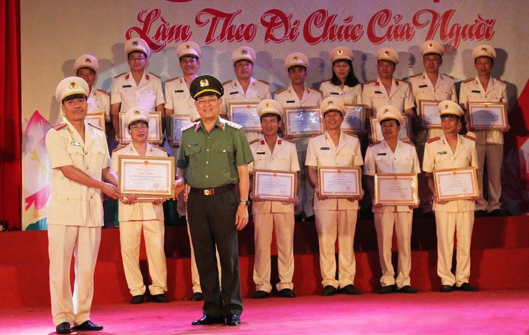 Đồng chí Đại tá Nguyễn Hữu Cầu, Ủy viên Ban Thường vụ Tỉnh ủy, Giám đốc Công an tỉnh trao giải Nhất cho Đội Nghệ thuật quần chúng Khối Tham mưu, Xây dựng lực lượng, Hậu cần trực thuộc