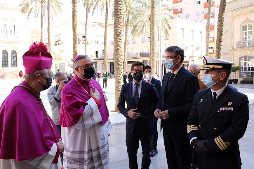 El obispo saludando a los alcaldes de El Ejido y de Adra y al comandante Naval de Almería.