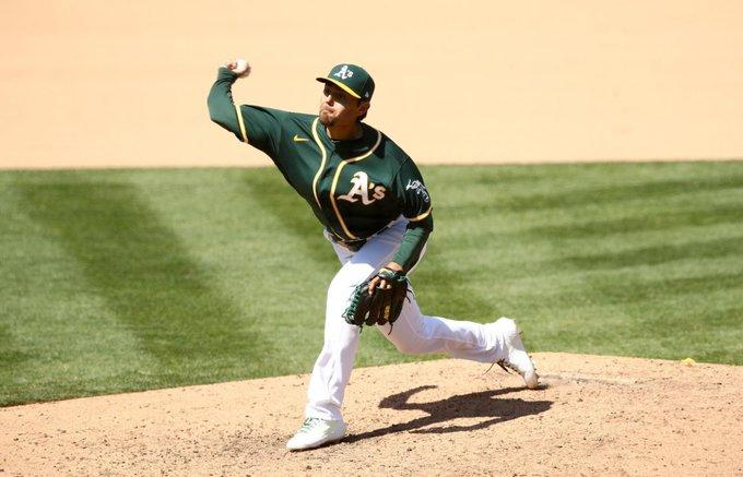 Un jugador de béisbol lanzando una pelota  Descripción generada automáticamente