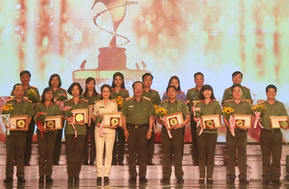 Thượng tướng Nguyễn Văn Thành trao giải cho các đoàn có Tác phẩm báo chí Truyền hình đoạt Huy chương Vàng (Đại diện Truyền hình An Ninh Nghệ An đứng thứ 3 từ phải sang trái)
