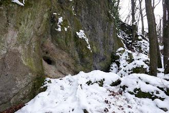 Photo: A Szentendrei-barlangot rejtő sziklafal az Asztal-kő alatt.