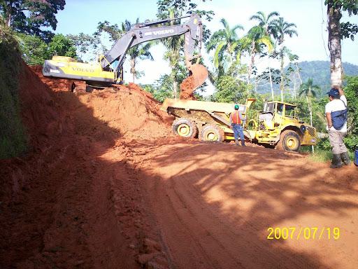 Movimiento de Tierra por la construccion de la carretera en el Bosque Protector de Palo Seco