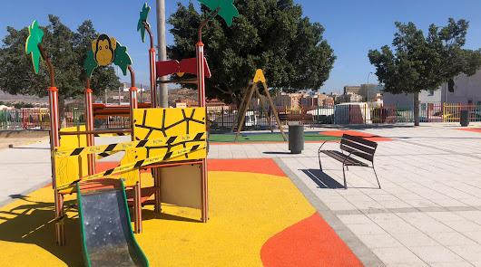 Aparcamientos y zona de juegos en un solar en desuso de Los Almendros