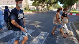 García Calvo cruza la Avenida del Mediterráneo a la altura de calle Italia.