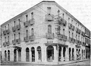 Photo: Este prédio, ainda de pé, localiza-se em frente à Estação de Transbordo do centro da cidade, aonde já funcionou a Rodoviária Leopoldina. Hoje aí funciona o Colégio Hélade. Foto sem data
