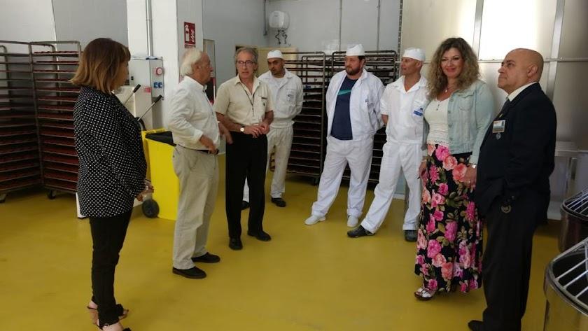 El equipo directivo de El Acebuche acompaña al subdelegado del Gobierno en su visita a la nueva panadería.