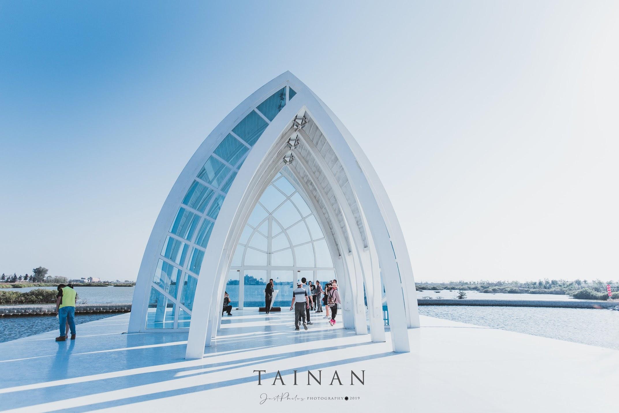 北門水晶教堂是採大片玻璃帷幕設計的教堂,素有「北門婚紗美地」之稱,也是台灣第一座夢幻教堂。
