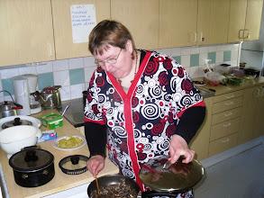 Photo: Tulinen kaukaasialainen lylä valmistuu Miratalon keittiössä.