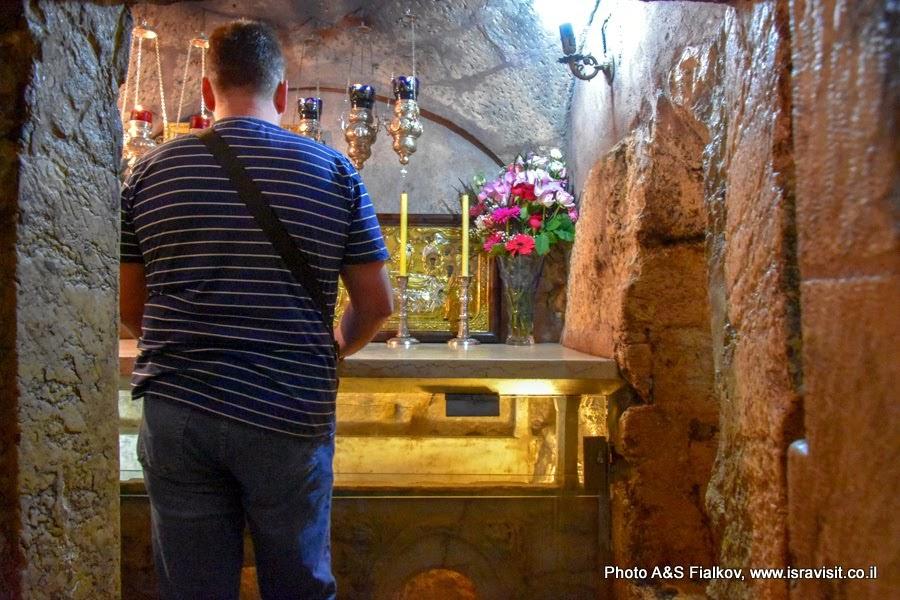 В Гробнице Богородицы. Каменное ложе Богородицы в кувуклии. Сверху православный престол.