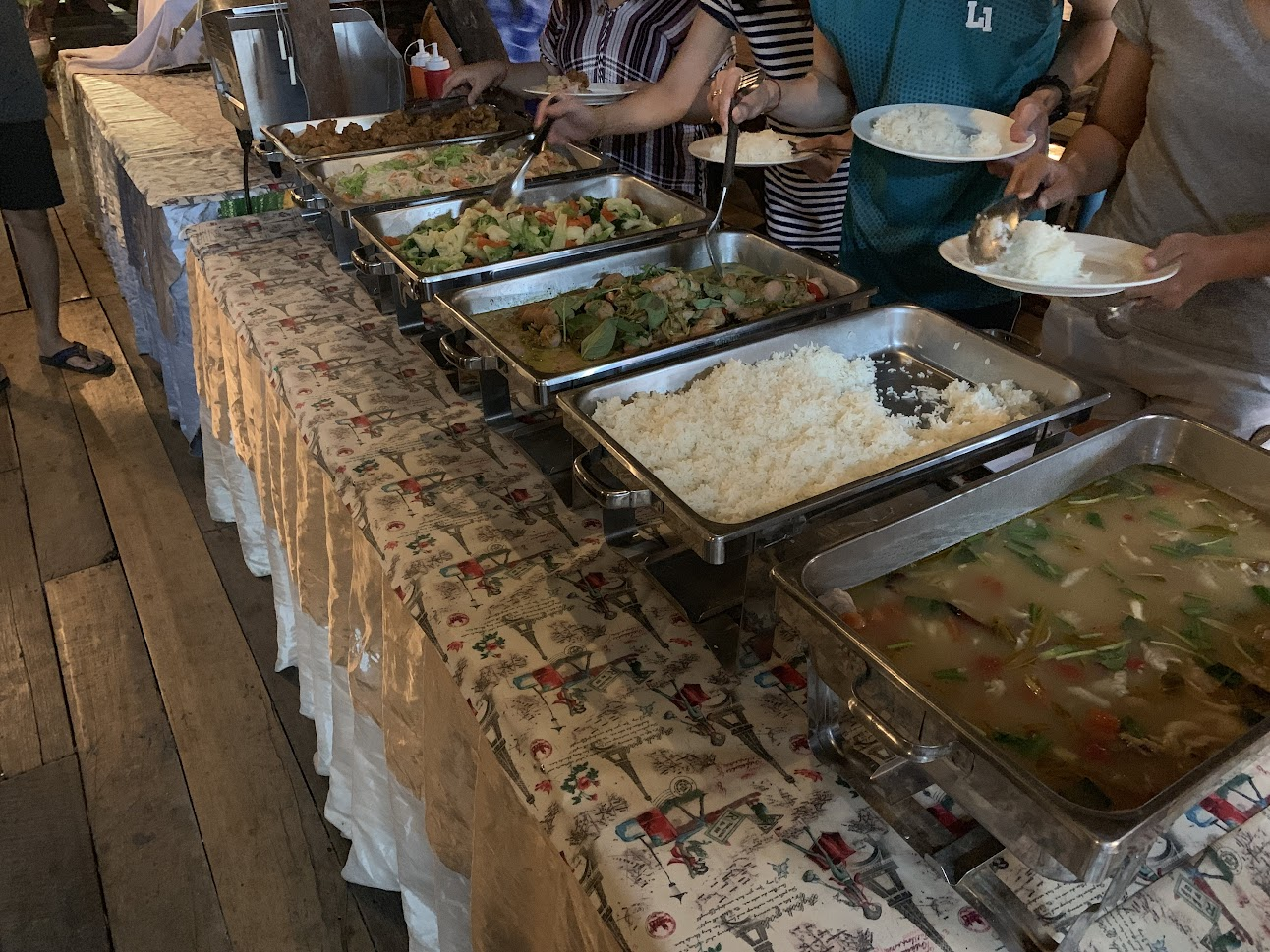 ビュッフェ形式の夕食
