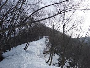 雪庇の横を進む