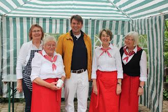 Photo: Bürgermeister Andreas Götz dankte den Backfrauen für ihren ehrenamtlichen Einsatz.