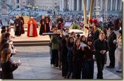 Ho103_Papa_Benedetto_XVI_Giovani_Piazza_S_Pietro_Croce_GMG