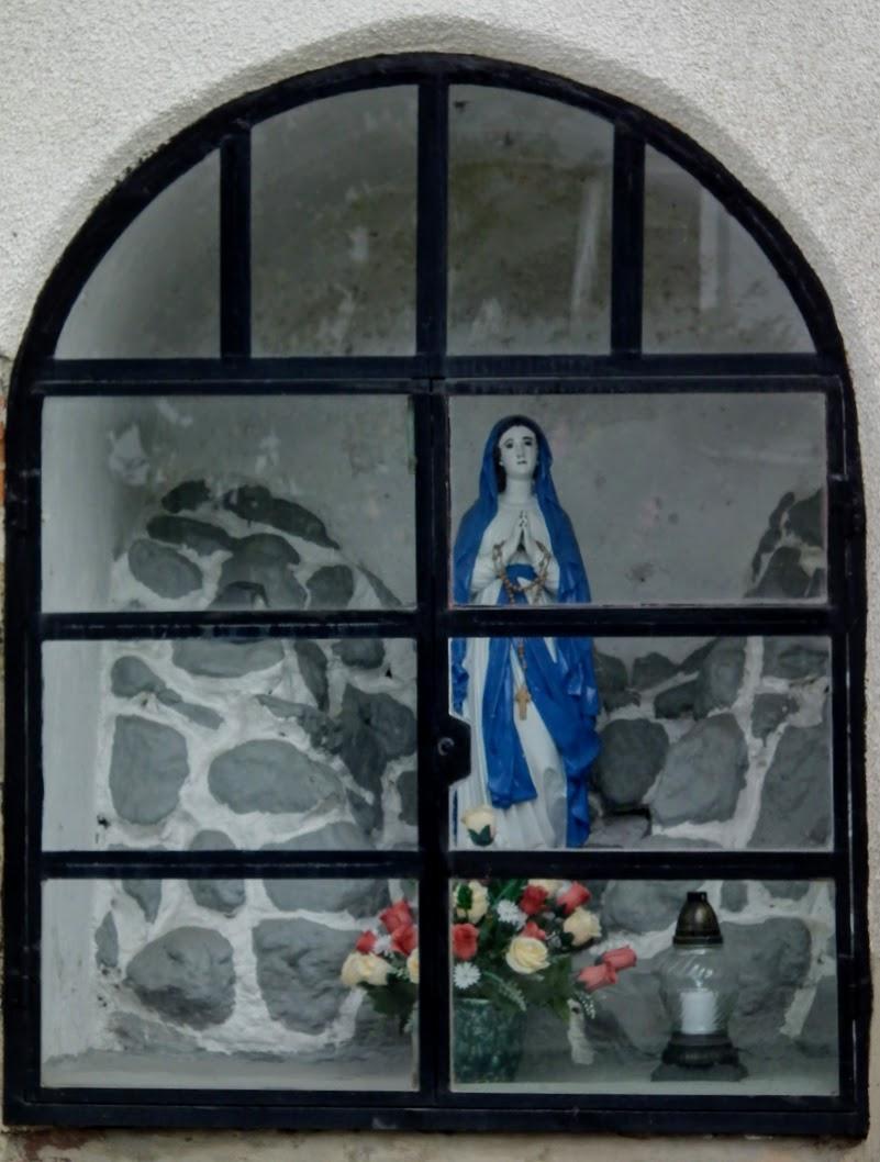 Tišina (Csendlak) - znamenje pri šoli (képoszlop az iskolánál Szűz Mária-szoborral)