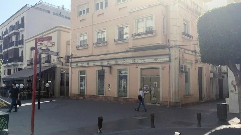 El establecimiento, ya cerrado, hace esquina con las calles Trajano y Antonio Ledesma, con el Colón y el vendedor de cupones.