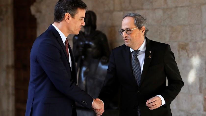 Torra recibe a Sánchez a las puertas de la Generalitat.