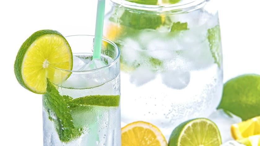 Echar limón o lima al agua ayuda a amenizar las ganas de beber
