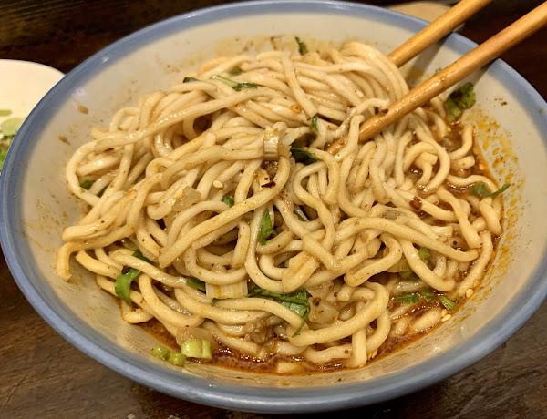 有麻、有辣,麵條不爛糊、重口味的小麵。小菜滷味也很夠味。值得一試。