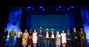 Foto de familia de premiados, autoridades y miembros de La Voz.