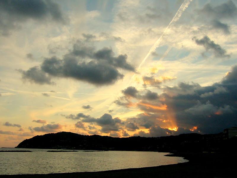 Nuvole e scie nel tramonto di VeraWilma