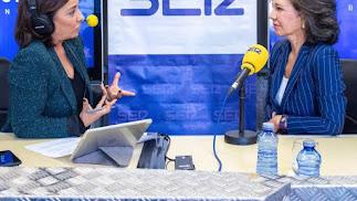 Ana Patricia Botín, derecha, entrevistada por Pepa Bueno en la Cadena SER