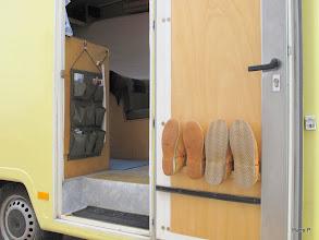 Photo: Ormocar Leerkabine GfK/PU 40/52 mm Wand/Bodenstärke. B 1.99, L 5,52, H 2,80m Womoaußenmaße. 2990 kg zul.Gesgew. Leer ca.2400 kg. Eingang (65 cm lichte Breite - man kann einen Waschkorb quer reintragen und auch einen Haushaltskühlschrank o.ä. transportieren) mit Hausschuhen, Einhängetischleiste und Utensilo. Die fast 600 kg Zuladung schöpfen wir oft voll aus. Beim Zweipersonenmobil scheint das unwahrscheinlich - es ist aber so. Mit der Zeit scheint es aber immer mehr auf die Waage zu bringen! ??