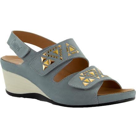 Inger ljusblå sandalett i mocka med metalldekor