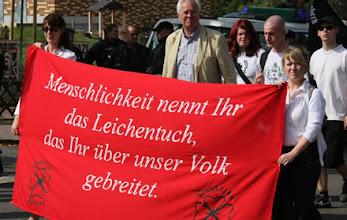 Photo: Miesepetrige Nazi-Gesichter im Sonnenschein.