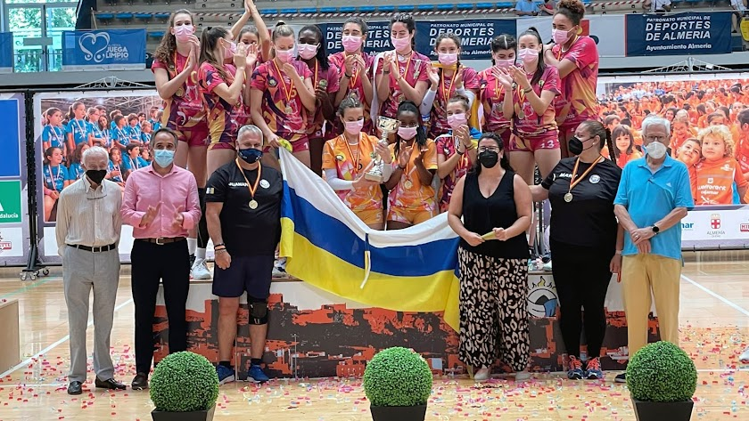 Foto de familia con autoridades del equipo ganador en el Palacio.