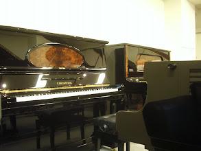 Photo: 横浜輸入ピアノショールーム  こんなきれいなベヒシュタインのアップライトピアノ