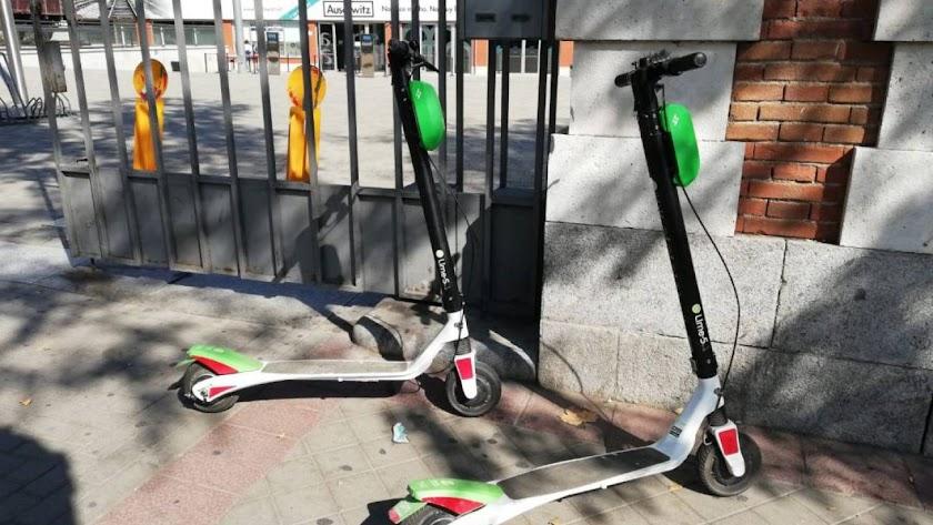 Imagen de archivo de dos patinetes eléctricos.