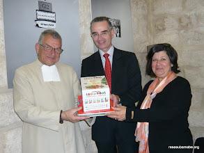 Photo: Remise de livres au fr. Albert et à Anna Sleibi, du Collège des Frères à Jérusalem