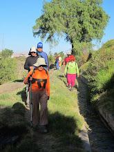 Photo: Caminando por bordos y molles I Dejando Paucarpata para cruzar el río Paucarpata - Sogay - Sabandia