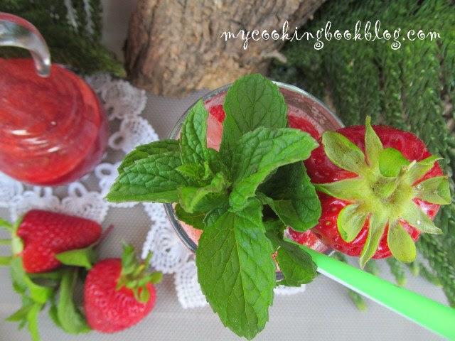 коктейл със сироп от ягоди с канела