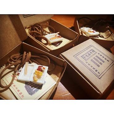 新包裝上場! 熱辣辣嘅燒味食頸鏈$130包郵  *歡迎學校/團體/機構邀請合作舉辦工作坊  #燒味飯#頸鏈 #手作#茶餐廳#下午茶 #handicraftshop #handmadehkonline #diyhkig #香港手作#聯和手作村 #賣藝#粉嶺#香港設計#香港小店 #香港文化#香港藝術#本土設計#長洲