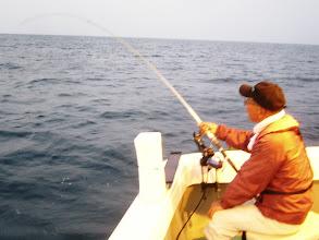 """Photo: 本日は、2年ぶりのご乗船の""""ナカムラさん""""です。 朝一からウキ入りました!"""