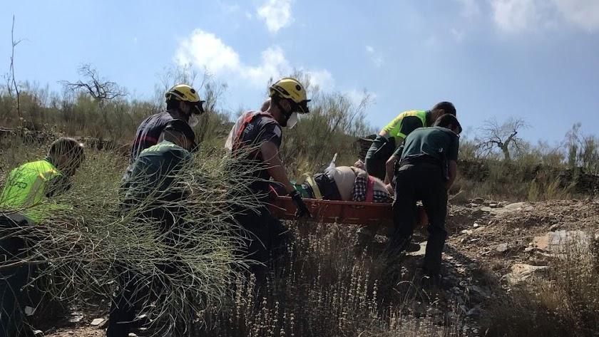 Bomberos del Levante durante el rescate del hombre.