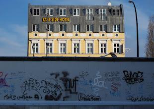 Photo: Muren og East Side Hotel