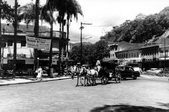 Photo: Rua do Imperador, esquina com Rua da Imperatriz, em frente à Praça dos Expedicionários. Ao fundo, à esquerda, o antigo prédio do Hotel D. Pedro, hoje ocupado pela Galeria Quartier. Foto da década de 50