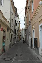 Photo: Wąziutkie pirańskie uliczki. Nie ma miejsca nawet na śmietniki, stoja w workach