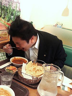 プロデューサー、インドカレーの辛さ50倍に挑戦 — El Producer se come el curry hindú más picante
