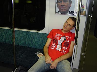 Héctor/Kirai durmiendo en el tren en Tokio