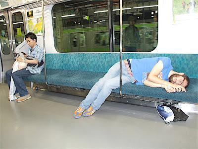 ale durmiendo en el tren en Tokio
