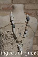 Photo: collana bianca con roll lana e rocchetti